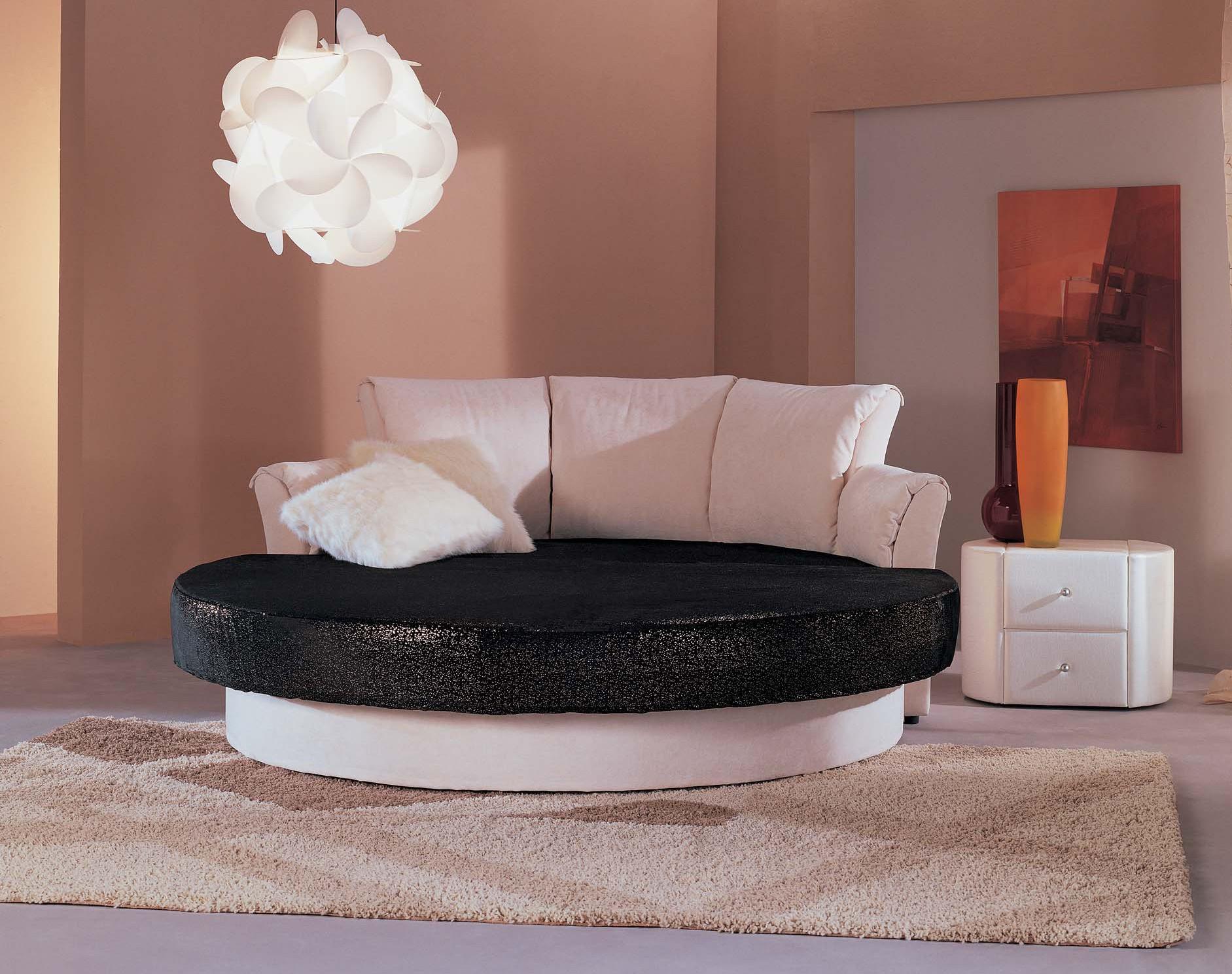Черно-белая круглая кровать с высоким изголовьем