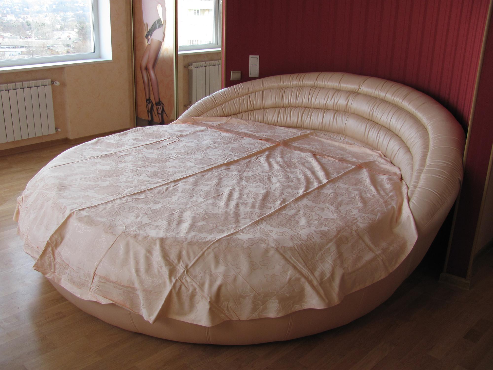 Кремовая круглая кровать