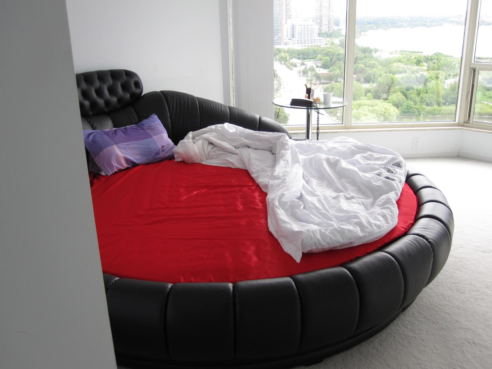 Черно-красная круглая кровать