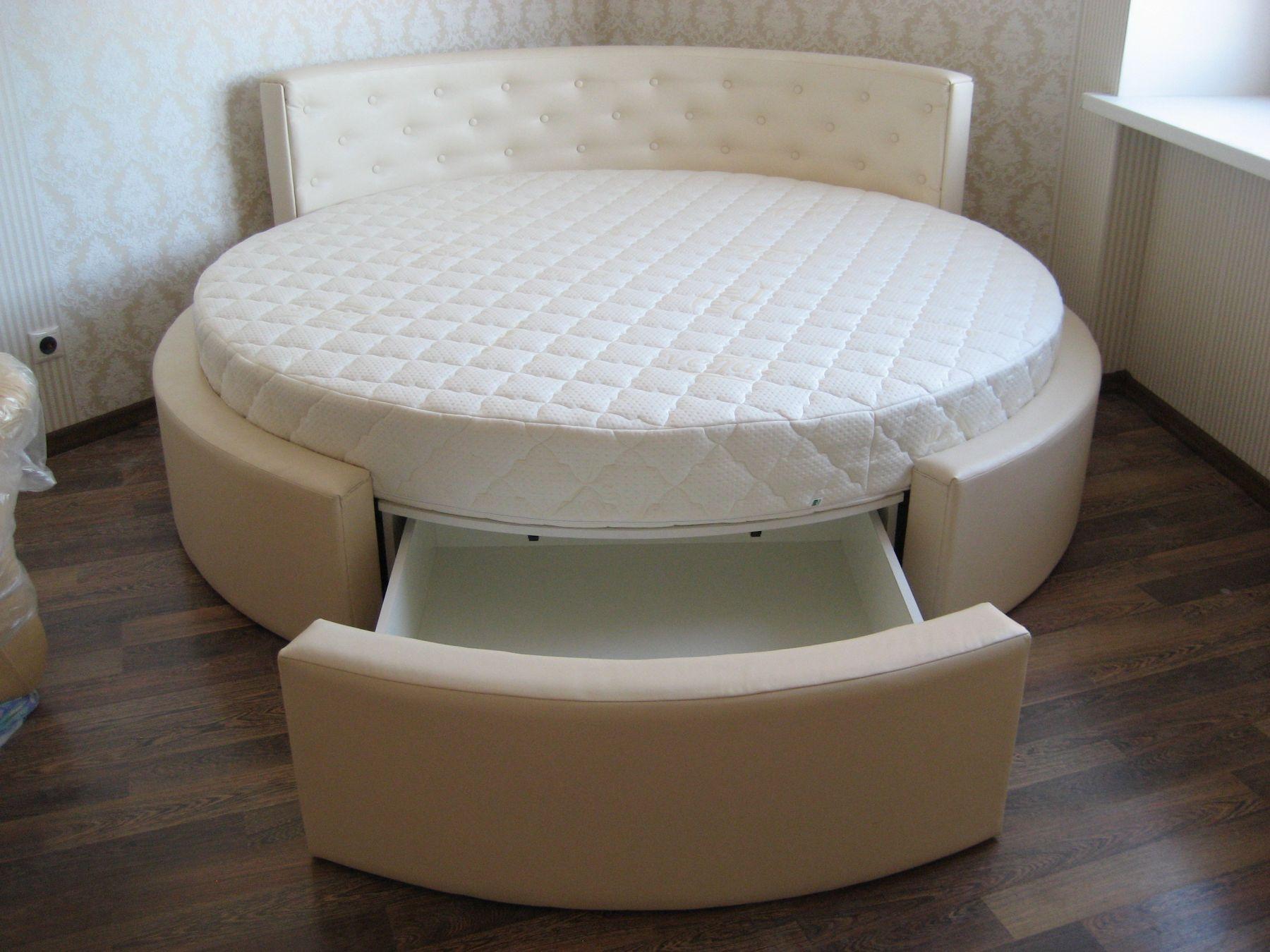 Круглая бежево-белая кровать с ящиком