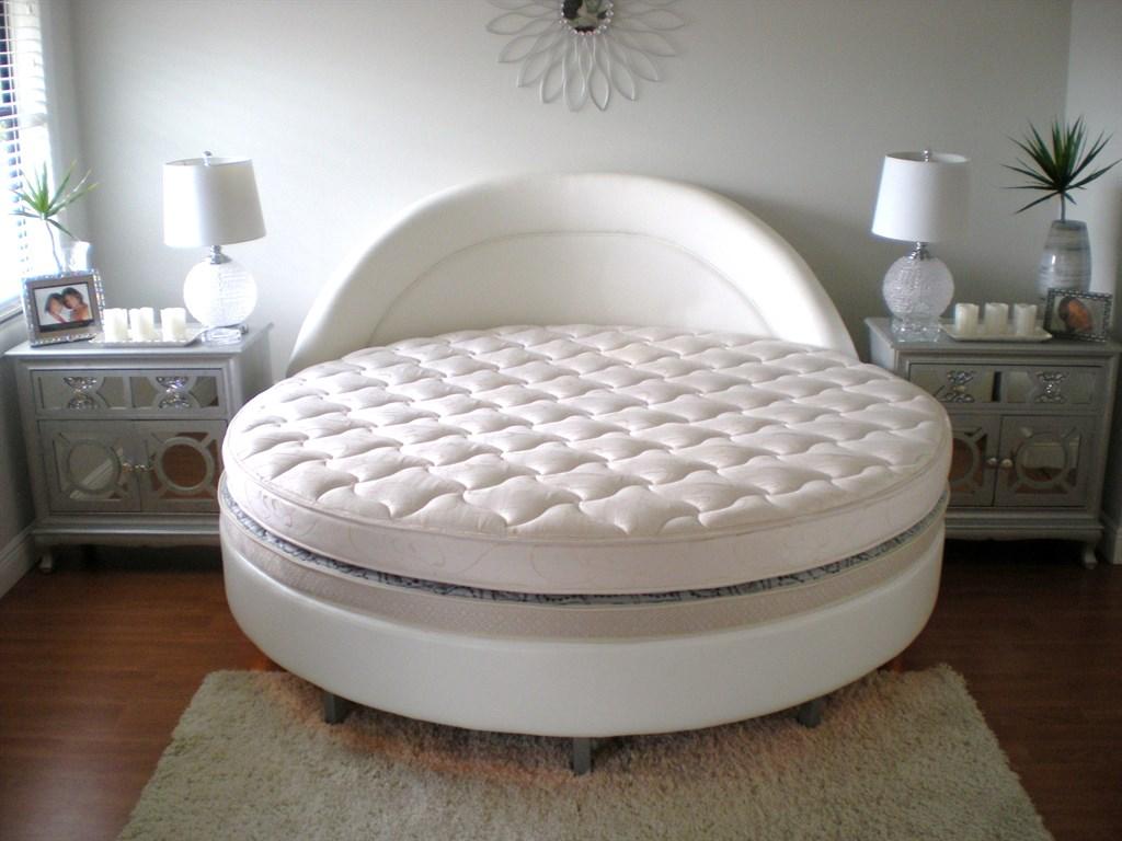 Круглая кровать с серебристыми тумбами