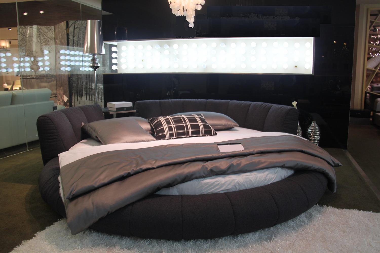Черная круглая кровать с полкой