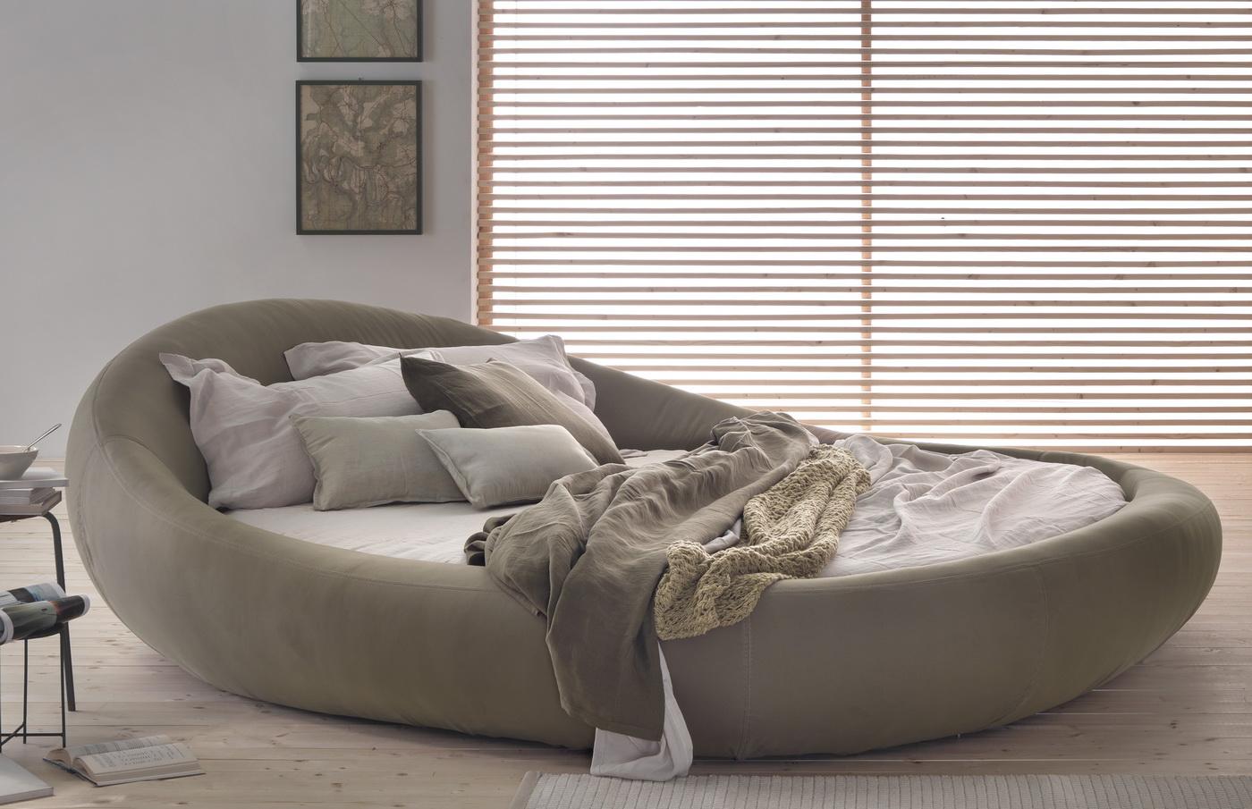 Уютная овальная кровать в спальне