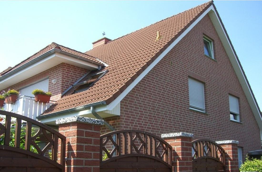 Кирпичный дом с большой мансардной крышей