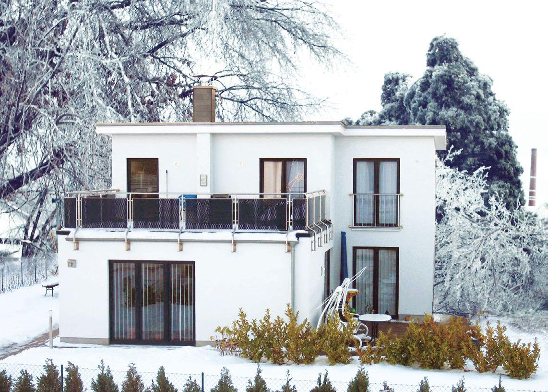 Плоская крыша белого двухэтажного дома