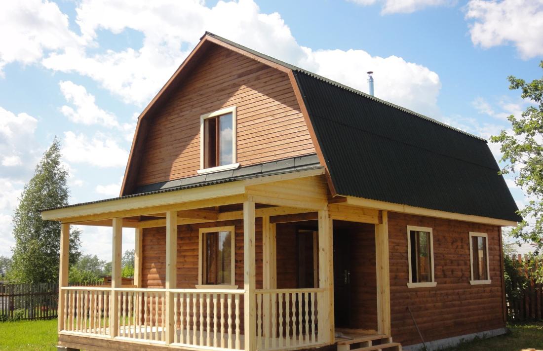 Мансардная крыша у небольшого дома