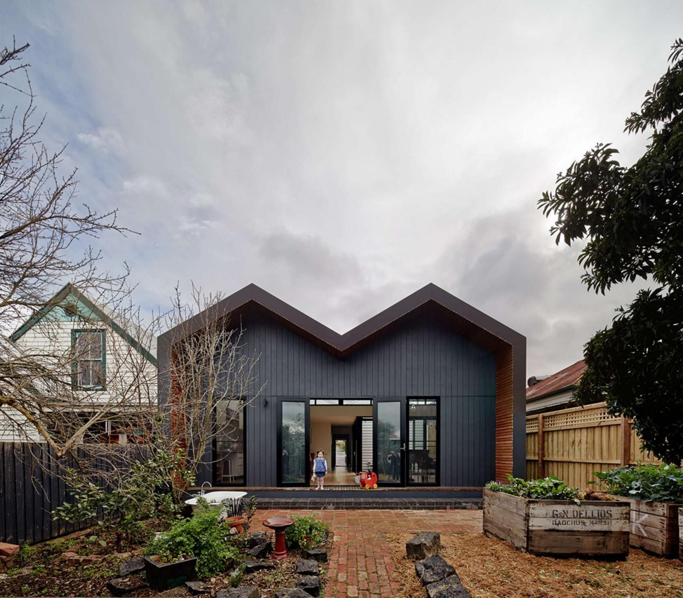 Необычная крыша одноэтажного дома