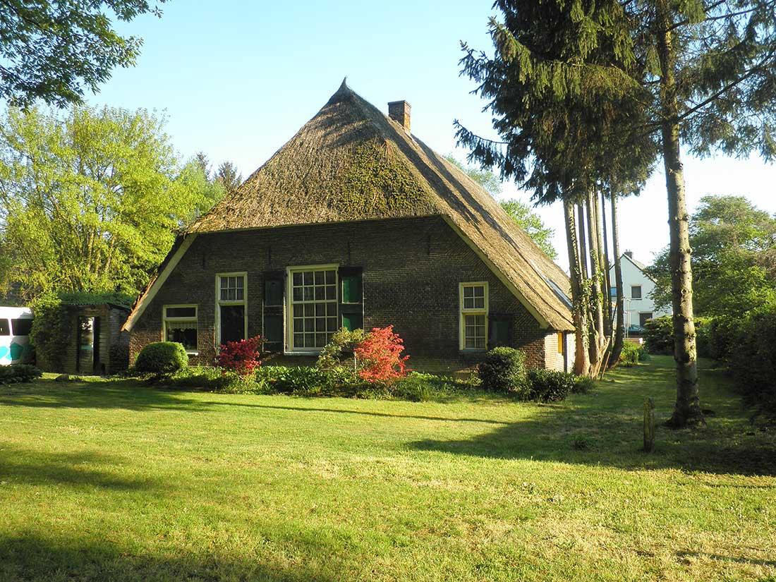 Оригинальная вальмовая крыша у дома