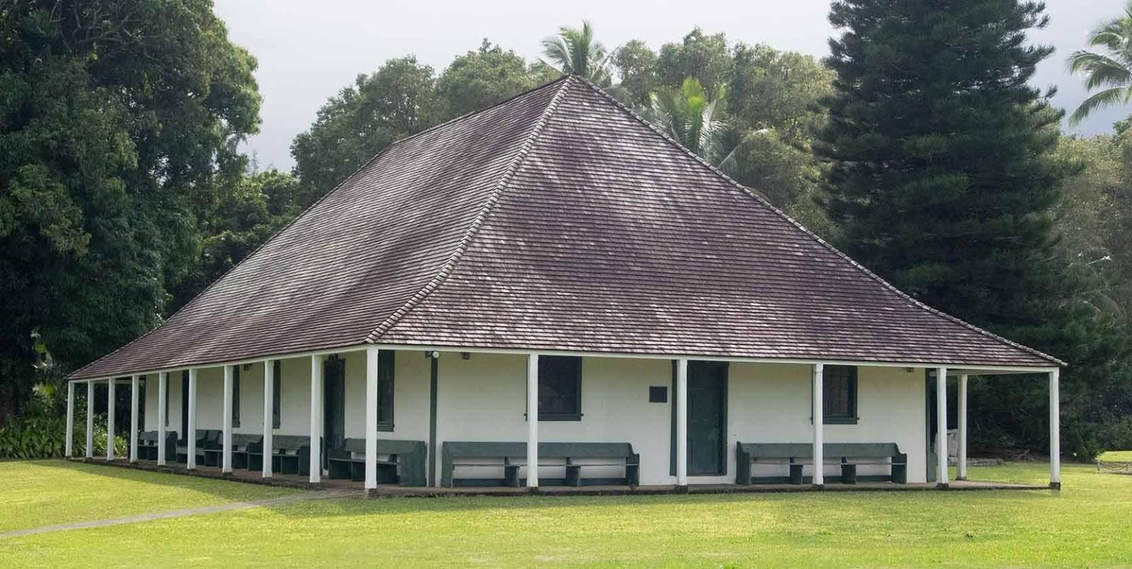 Большая вальмовая крыша у дома