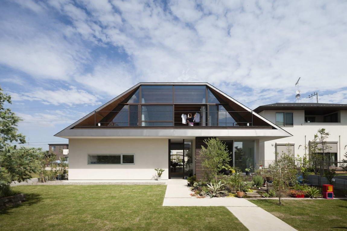 Необычная вальмовая крыша у дома