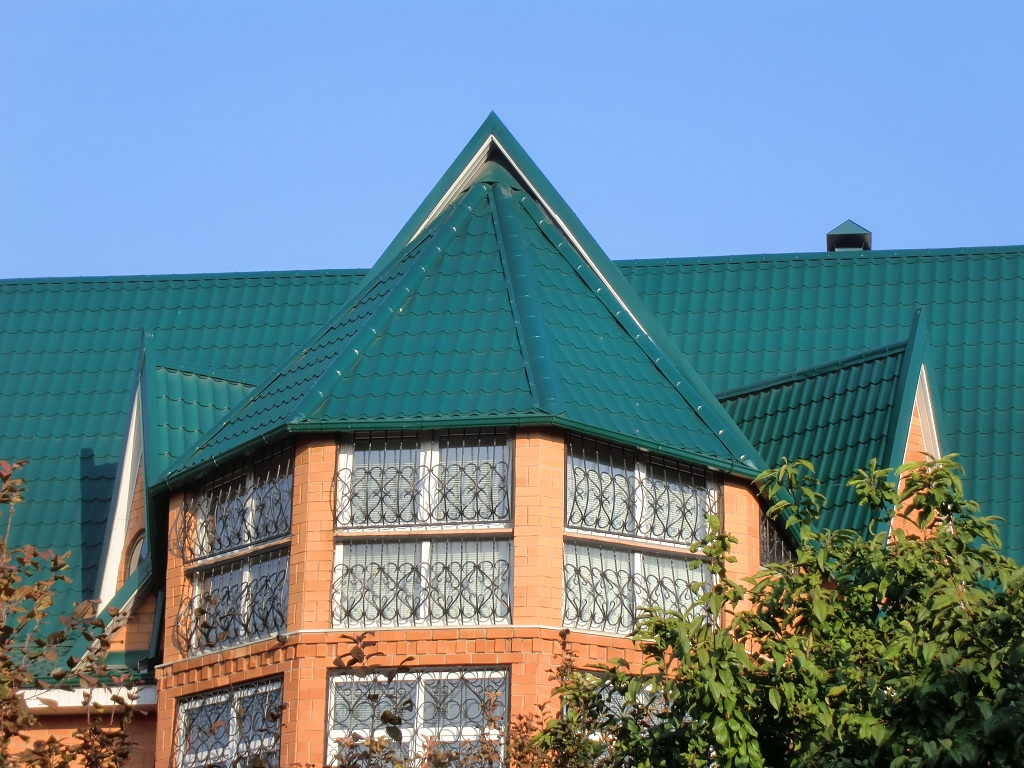 Многощипцовая крыша с металлочерепицей