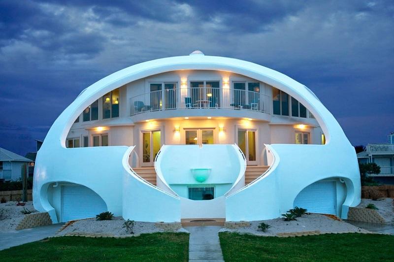 Белый дом с купольной крышей
