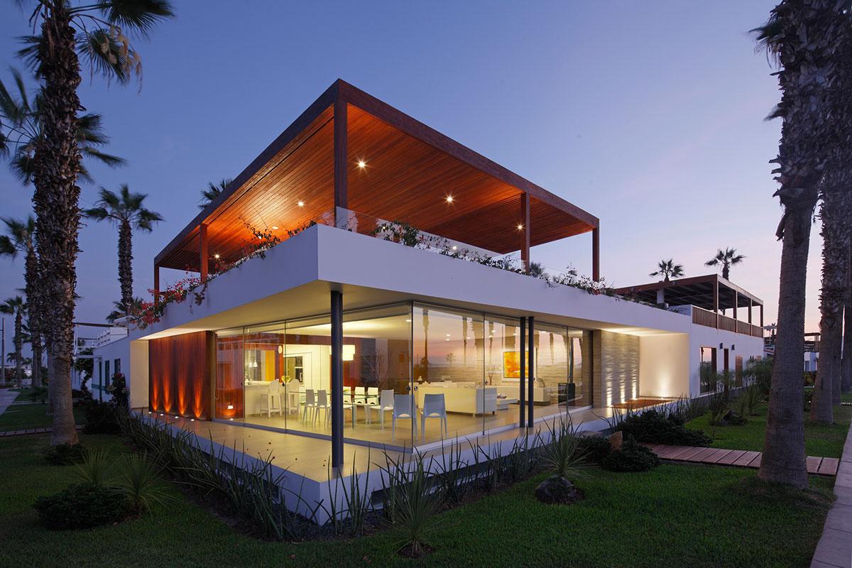 Плоская крыша дома с зоной отдыха и навесом