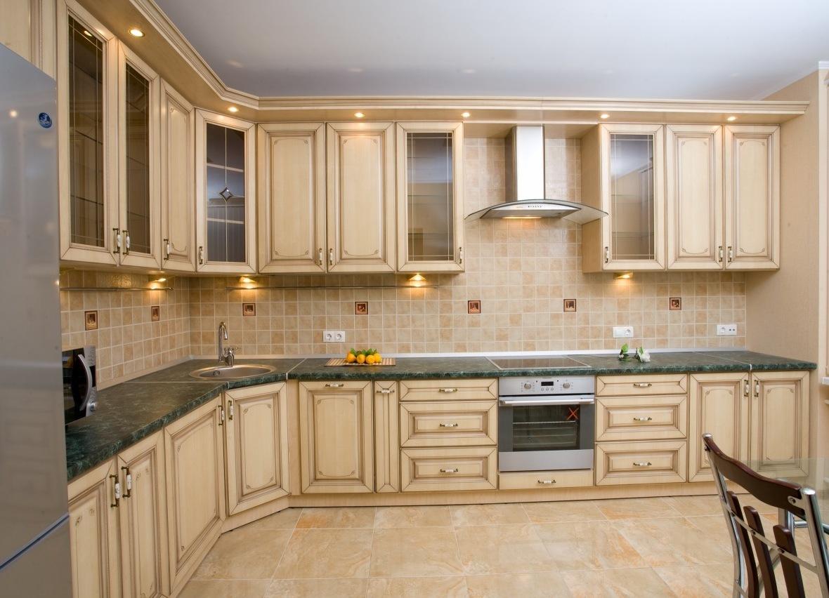 Бежево-зеленая кухня в стиле кантри