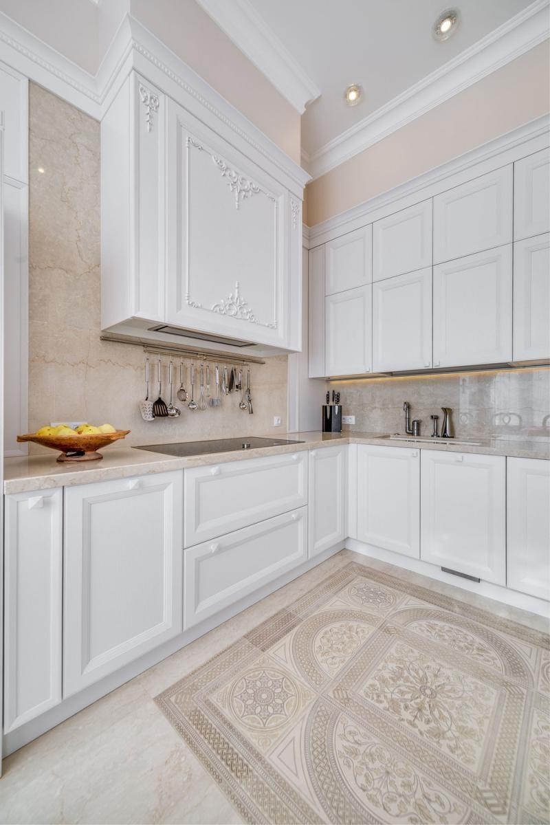 Бежево-белая классическая кухня