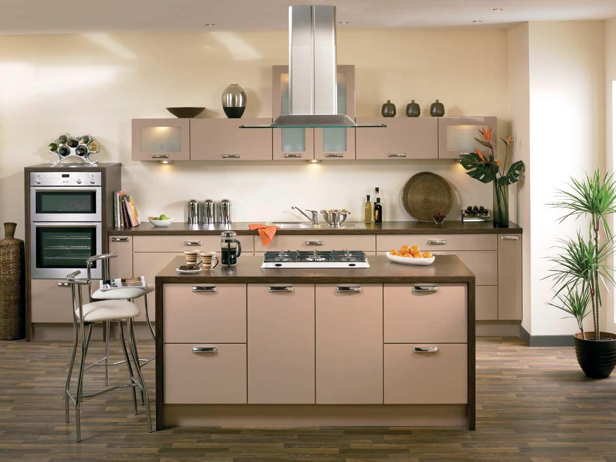 Бежево-коричневая кухня с островом