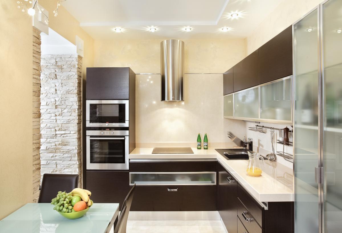 Бежево-коричневая кухня с обеденным столом