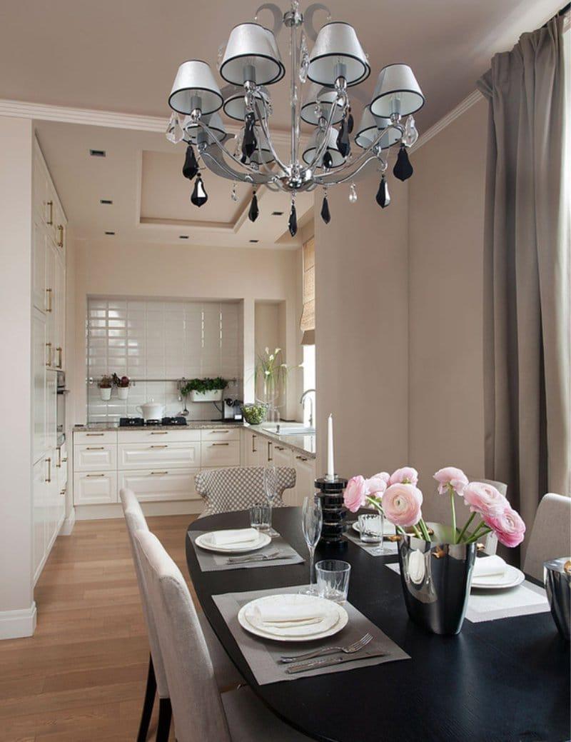 Уютная бежево-черная кухня