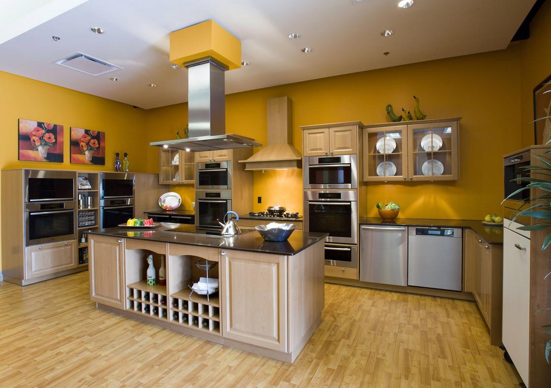 Бежевый кухонный гарнитур и оранжевые стены на кухне