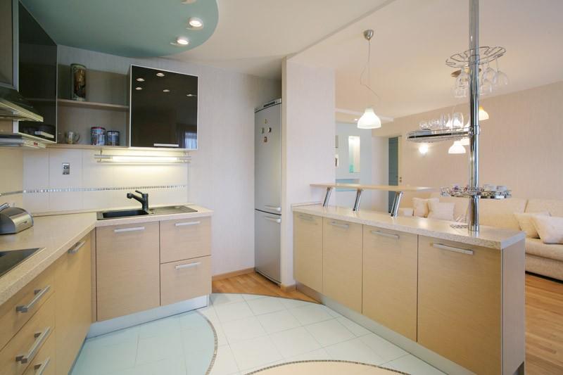 Бежевый, голубой и белый цвета в интерьере кухни-гостиной