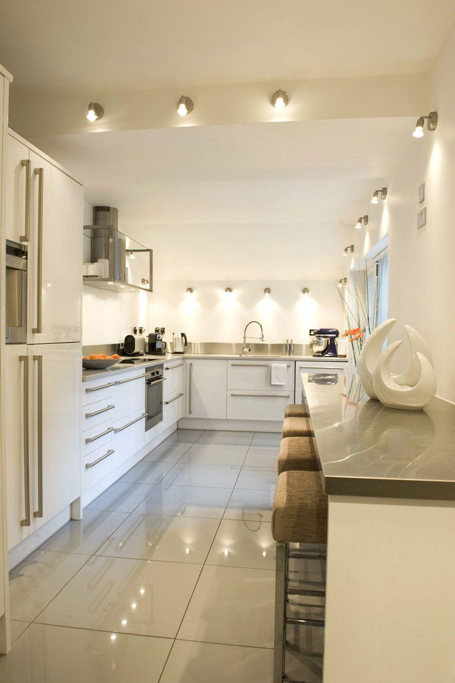 Бежевые акценты в бело-серой кухне