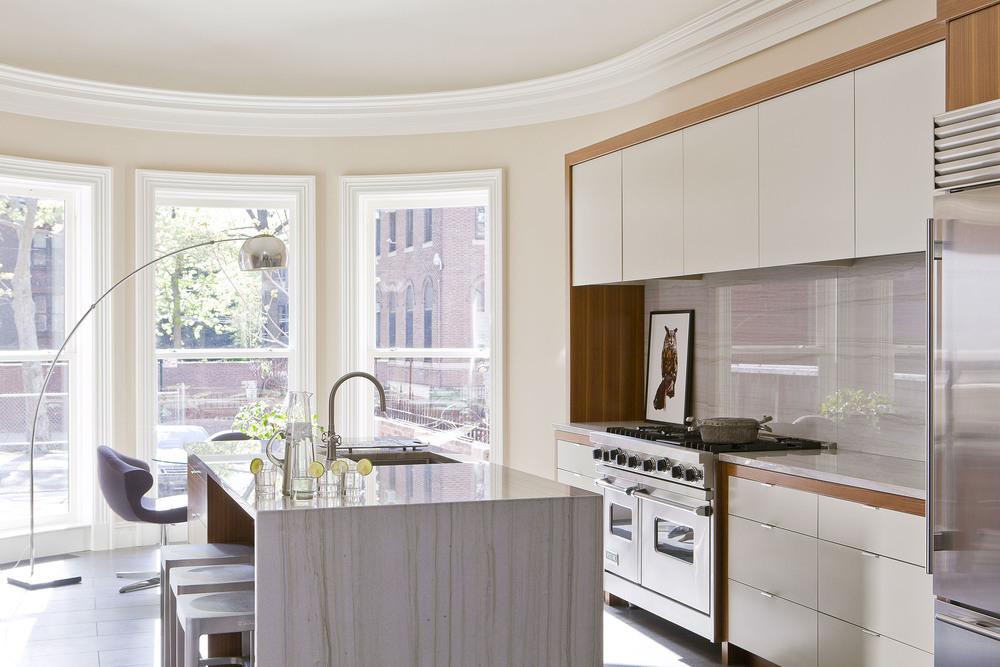 Бежевый, коричневый, серый и белый цвета в кухне
