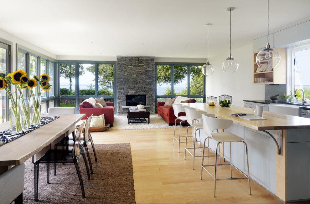 Бежевый пол и мебель в кухне-гостиной