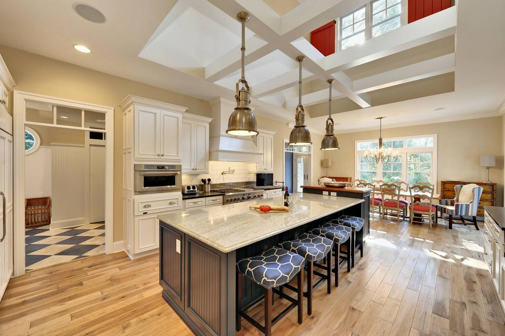 Бежевый пол и стены на кухне