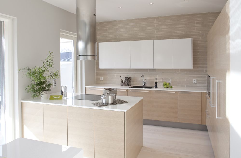 Бежево-белый интерьер небольшой кухни