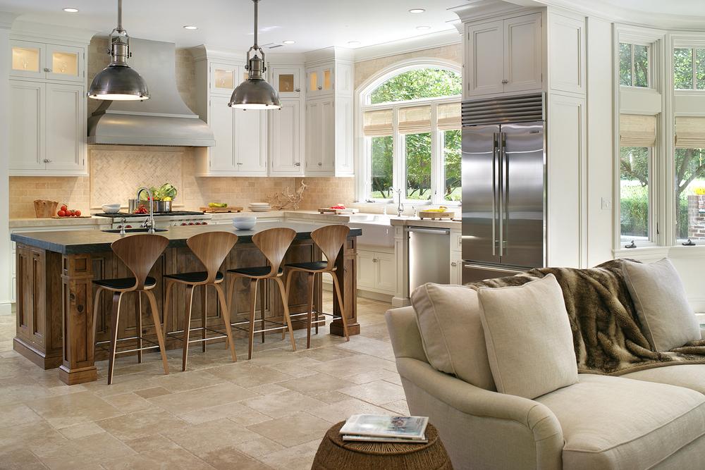 Бежевый, коричневый и белый цвета в интерьере кухни-гостиной