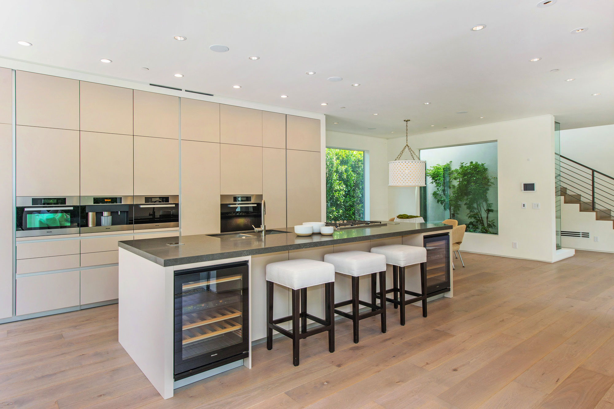 Бежевый пол и фасад гарнитура на кухне