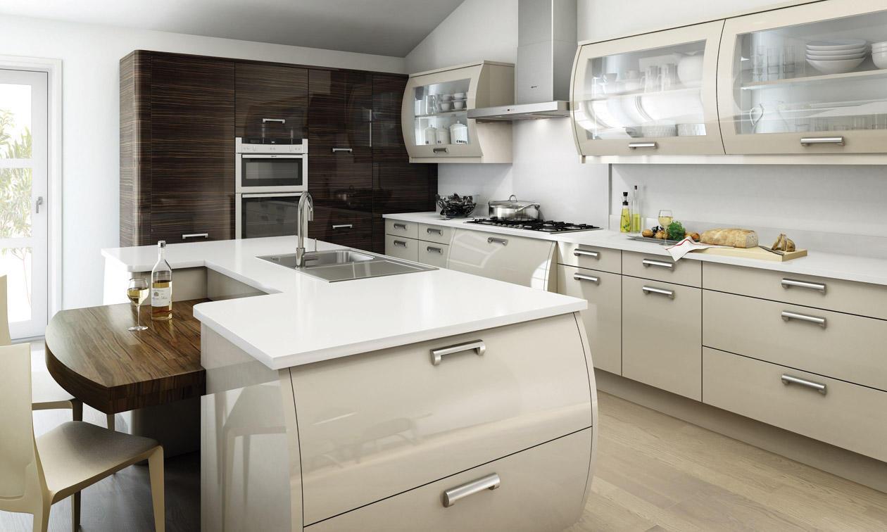 Кремовый пол и фасад гарнитура на кухне