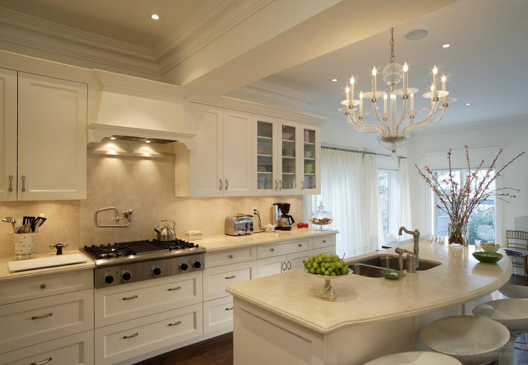 Красивая люстра в бежево-белой кухне