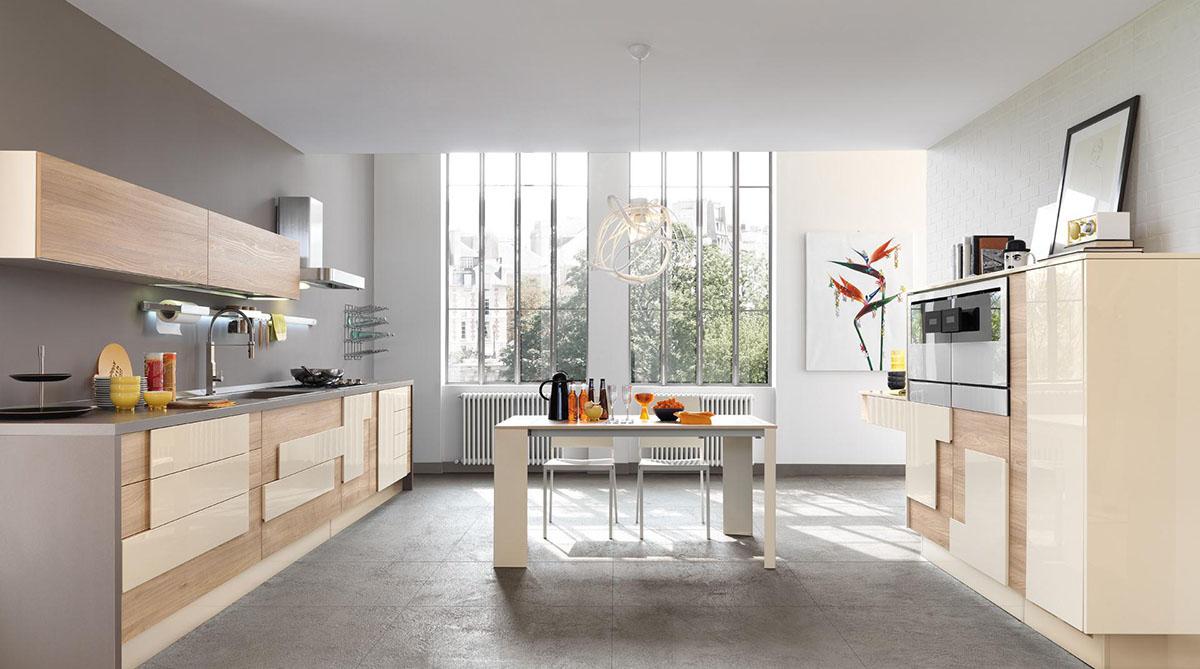 Необычная люстра в бежево-серой кухне