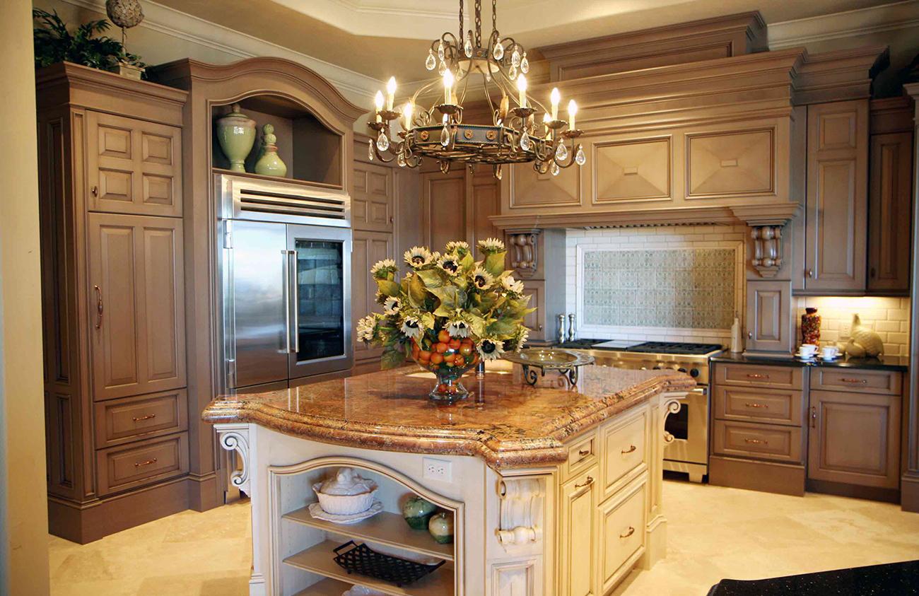Красивая кованая люстра на кухне