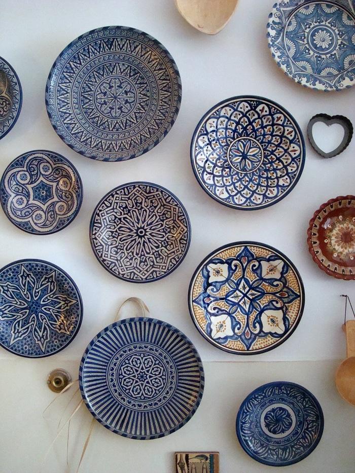Тарелки в восточном стиле на стене кухни