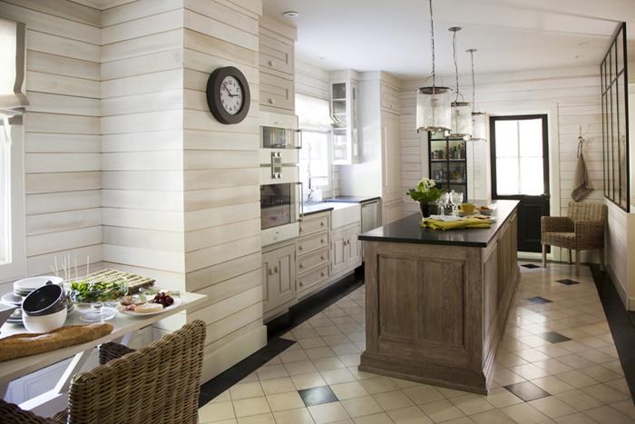 Три стеклянные люстры на кухне