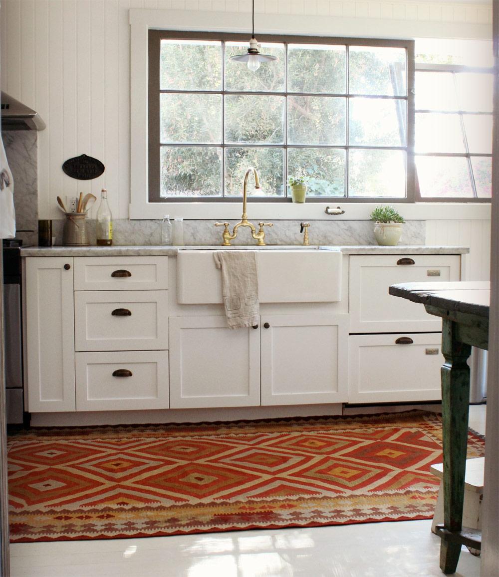 Яркий ковер в светлой кухне
