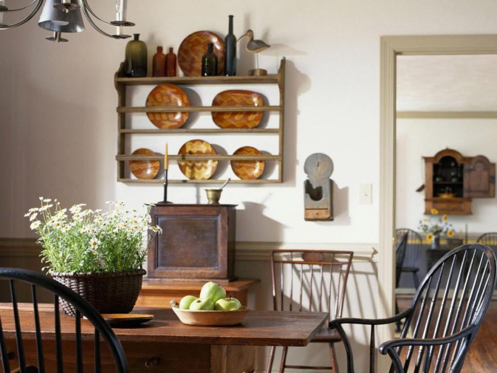Деревянная полка и тарелки на стене