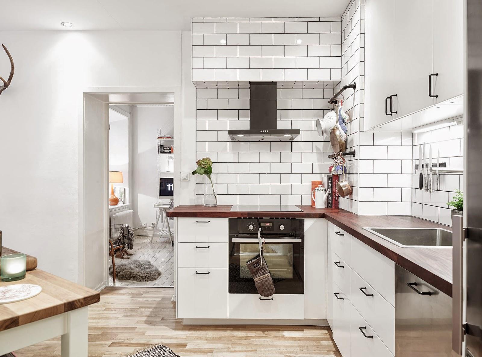 Белая плитка и деревянная столешница на кухне