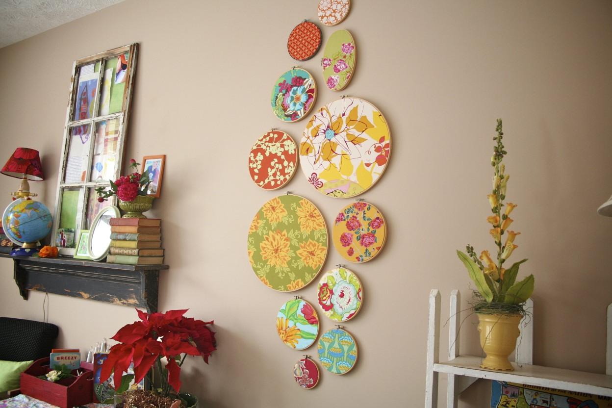 Яркие тарелки на стене на кухне