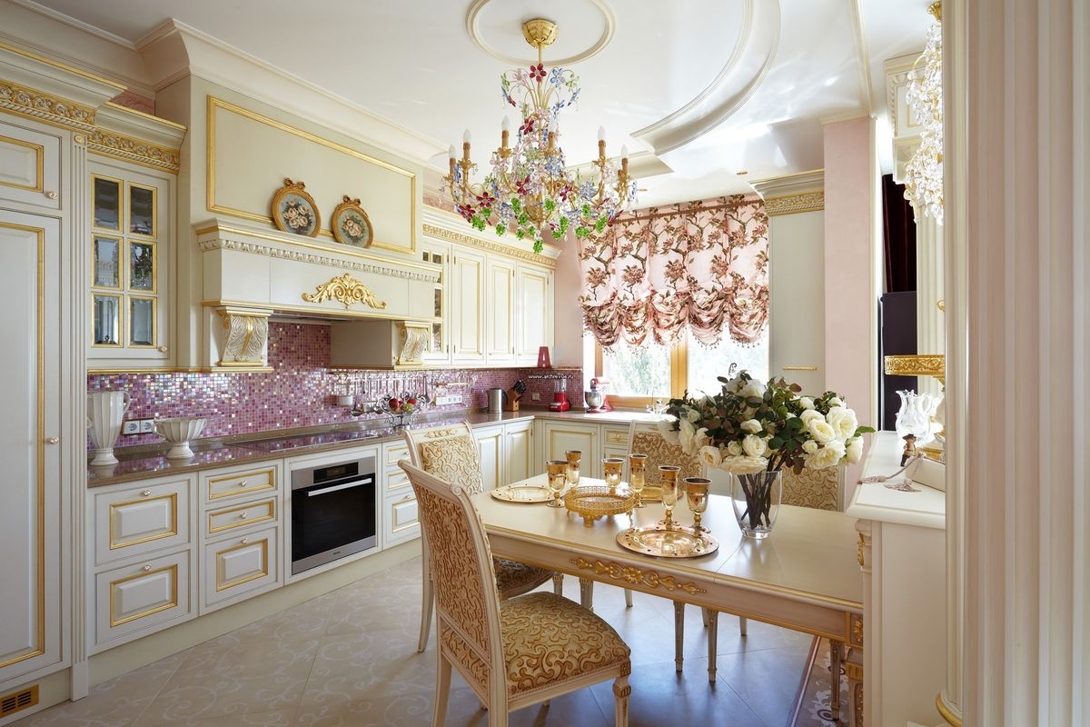 Разноцветная люстра в классической кухне