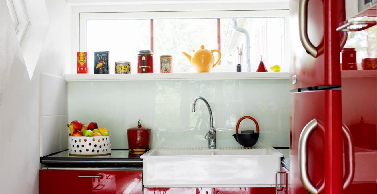 Яркие аксессуары в красно-белой кухне