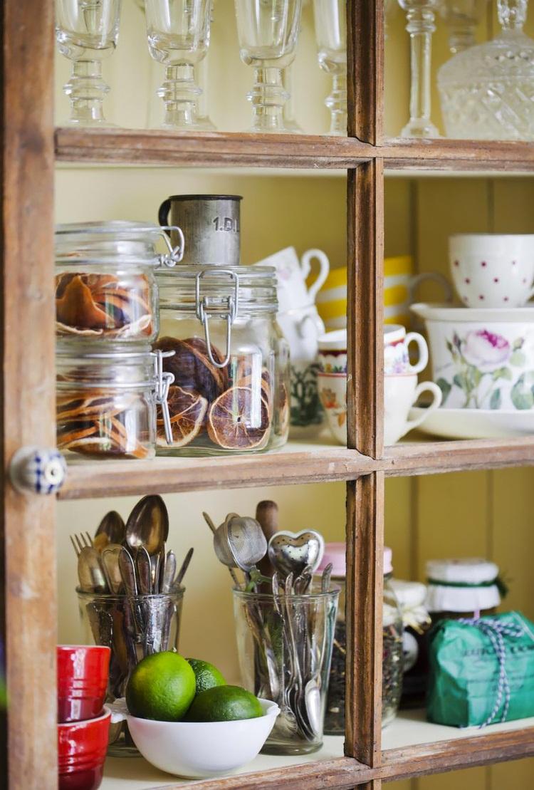 Красивый декор полок на кухне