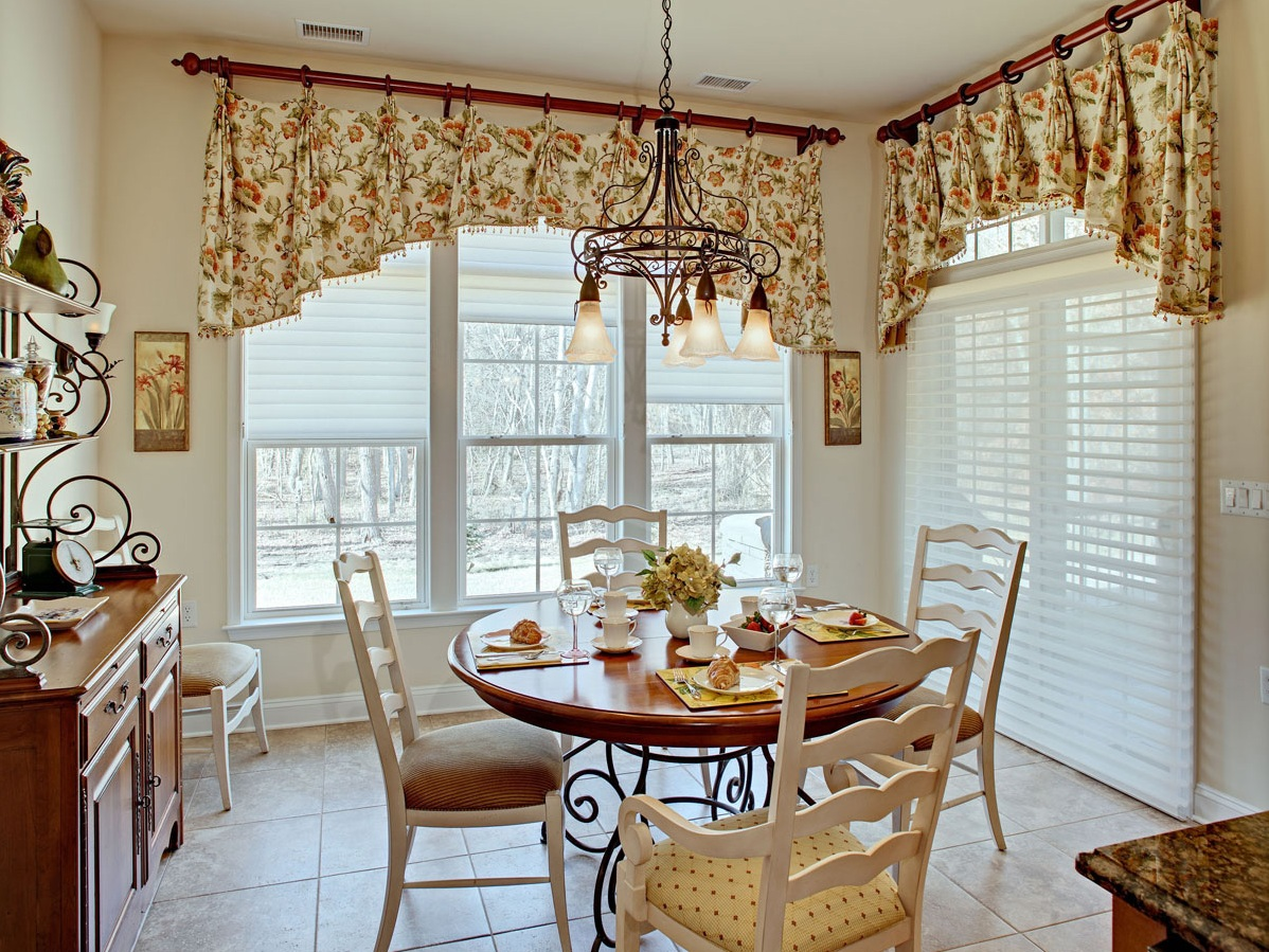 Полки, картины и текстиль в декоре кухни