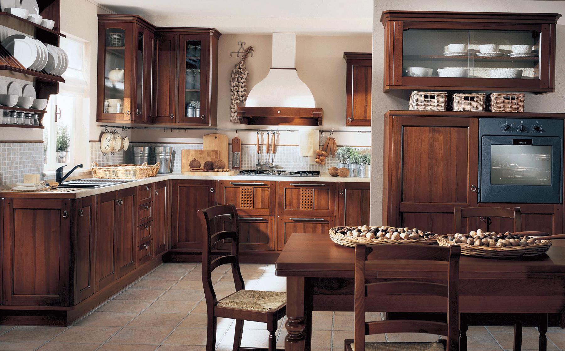 Угловой коричневый гарнитур на кухне в стиле кантри