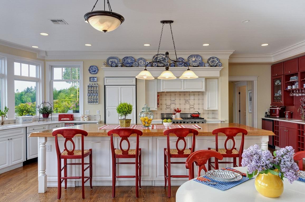Белый, кремовый и красный цвета в интерьере кухни в стиле кантри