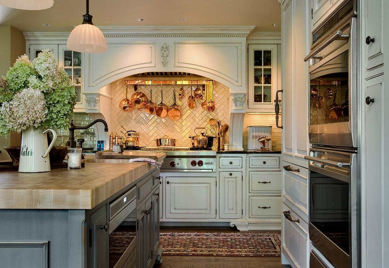 Паркет, плитка и краска в отделке светлой кухни в стиле кантри