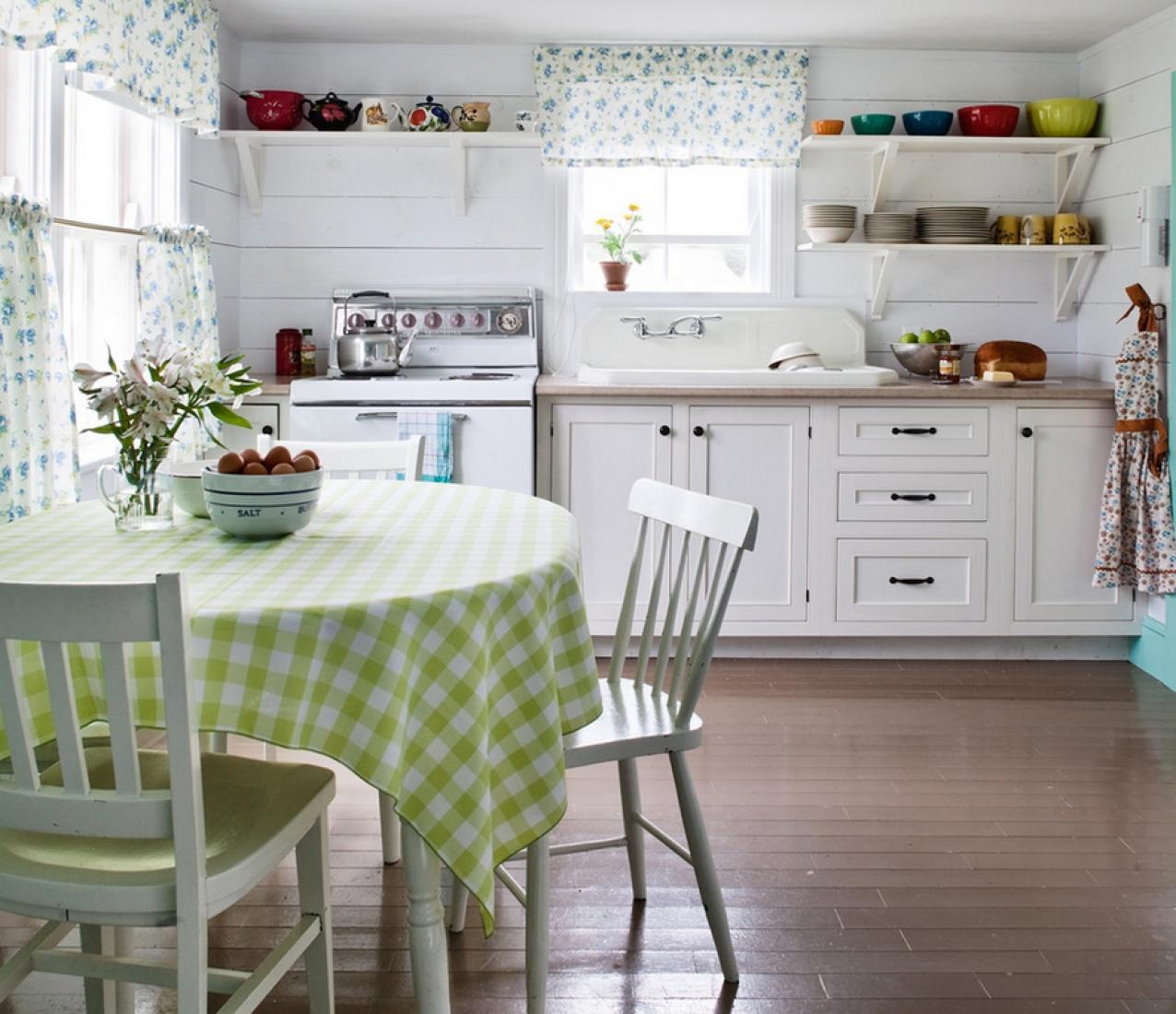 Белые деревянные стены и коричневый пол на кухне в стиле кантри