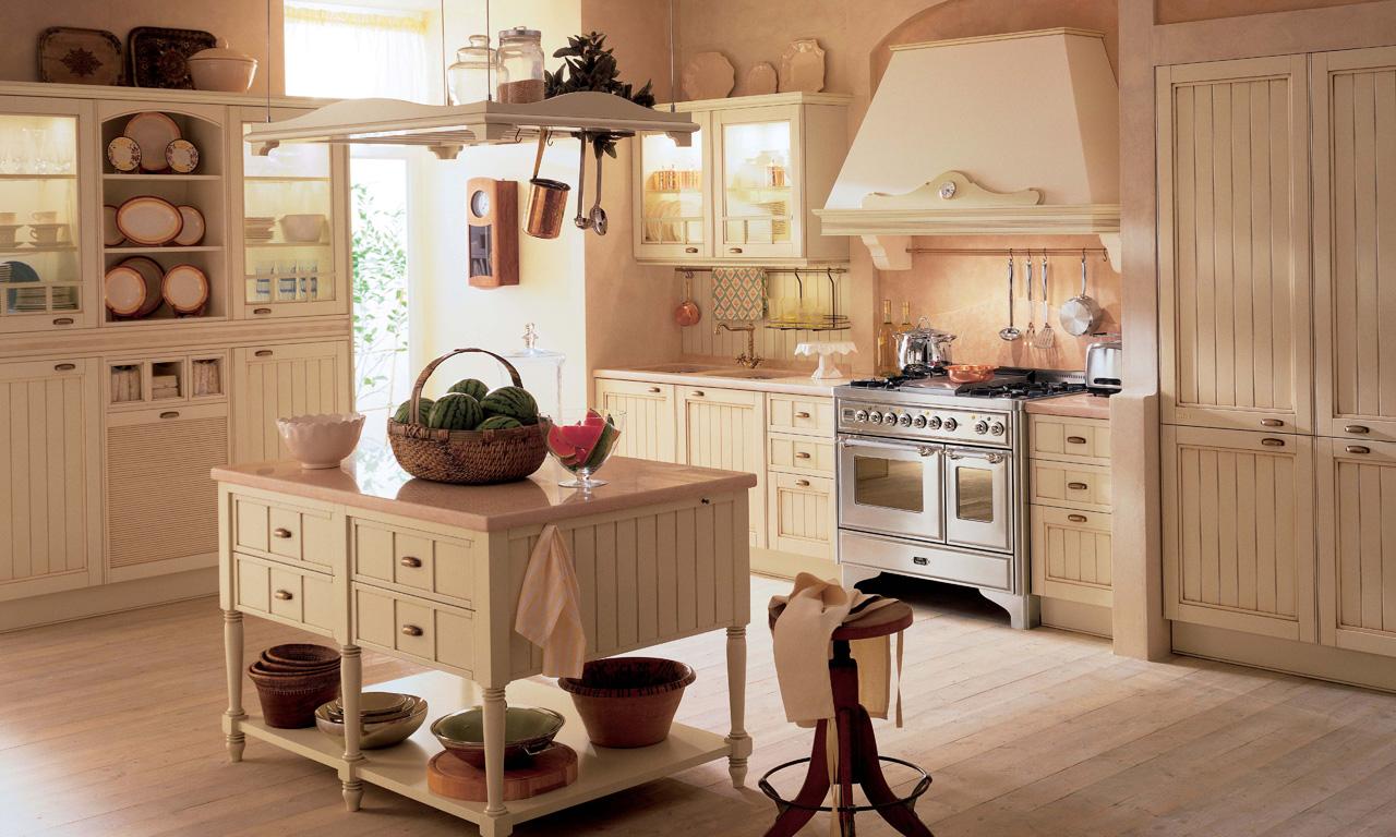 Кремовая мебель на кухне в стиле кантри